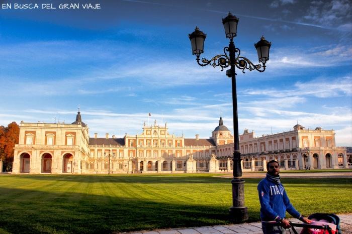 Paula y papá, frente al Palacio Real de Ara