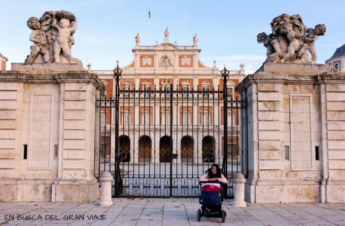 Paula y mamá en la fachada del Palacio de Aranjuez