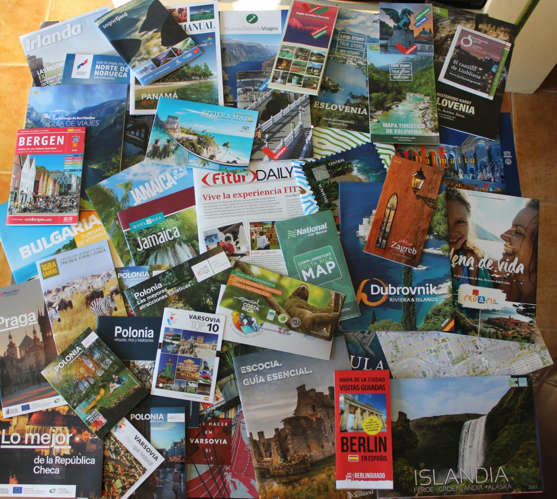 Encima de una mesa, todos los folletos que nos trajimos de fi