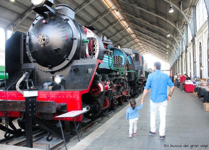 Papá y Paula delante de una de las locomotoras del museo del ferrocarril