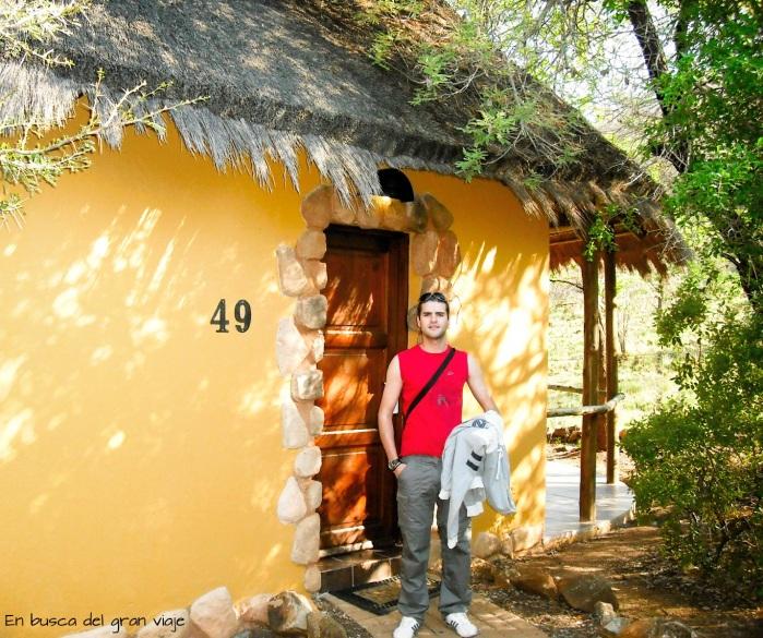 José en la puerta de nuestra cabaña africana