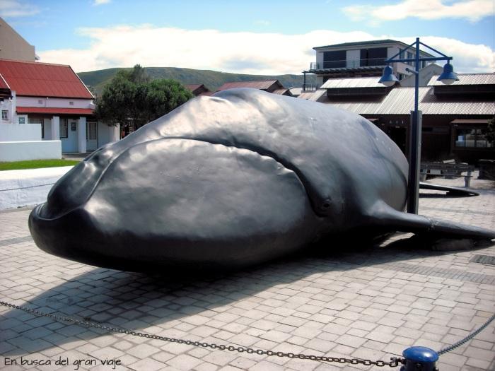 Estatua de una ballena en Hermanus