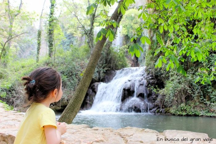 Paula delante de una de las cascadas del Monasterio de Piedra