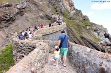 Paula y papá subiendo los escalones de San Juan de Gaztelugatxe