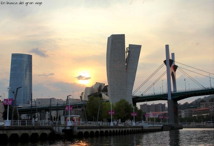 Museo Guggenheim visto desde el barco recorriendo la ría de Nervi