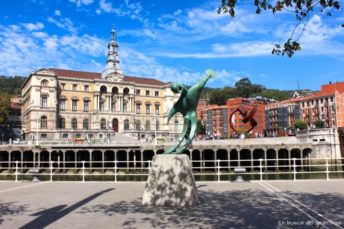 El Ayuntamiento de Bilbao visto desde el otro lado de la ri