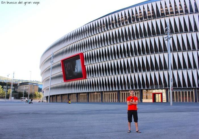 José delante del estadio de fútbol de San Mame