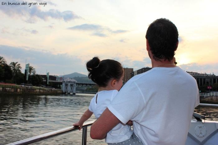 Paula y papá montados en el barco mientras navagábamos por la ría