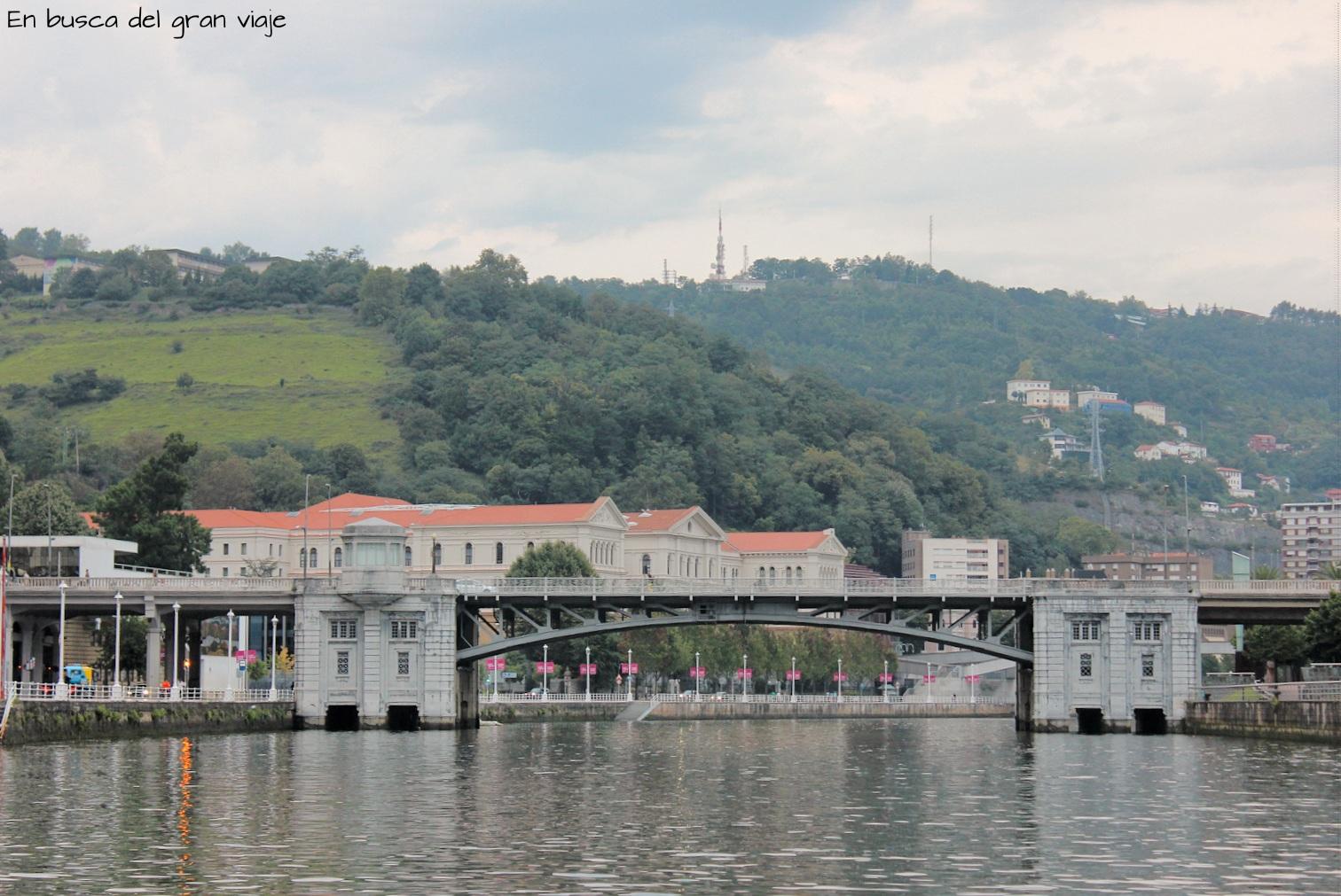 Puente de Deusto y al fondo la universidad de Deusto