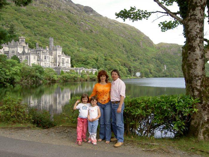 1 Viajando desde pequeñas, Kylemore Abbey, Irlanda. ¡Cómo ha pasado el tiempo!.JPG