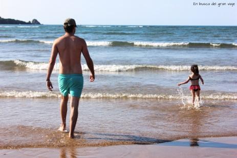 Paula y papá bañandose en la playa de Laida