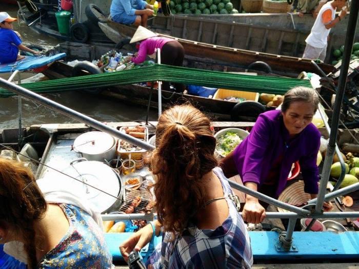 Rominitaviajera en el Mercado flotante de Cai Rang en el Delta del Mekong.jpg