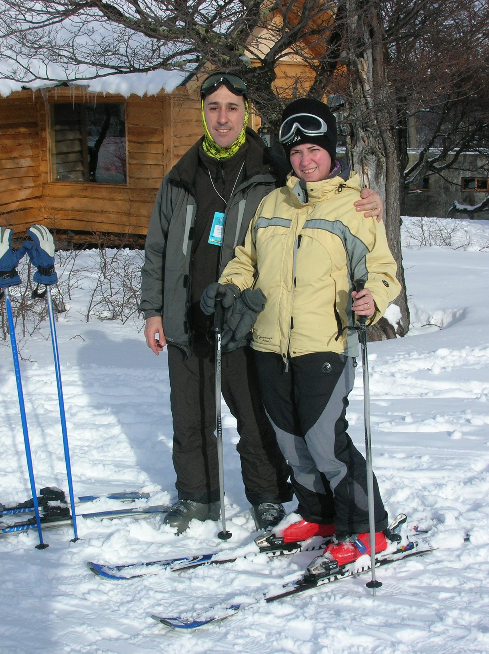 Majo y Dani esquiando en la nieve