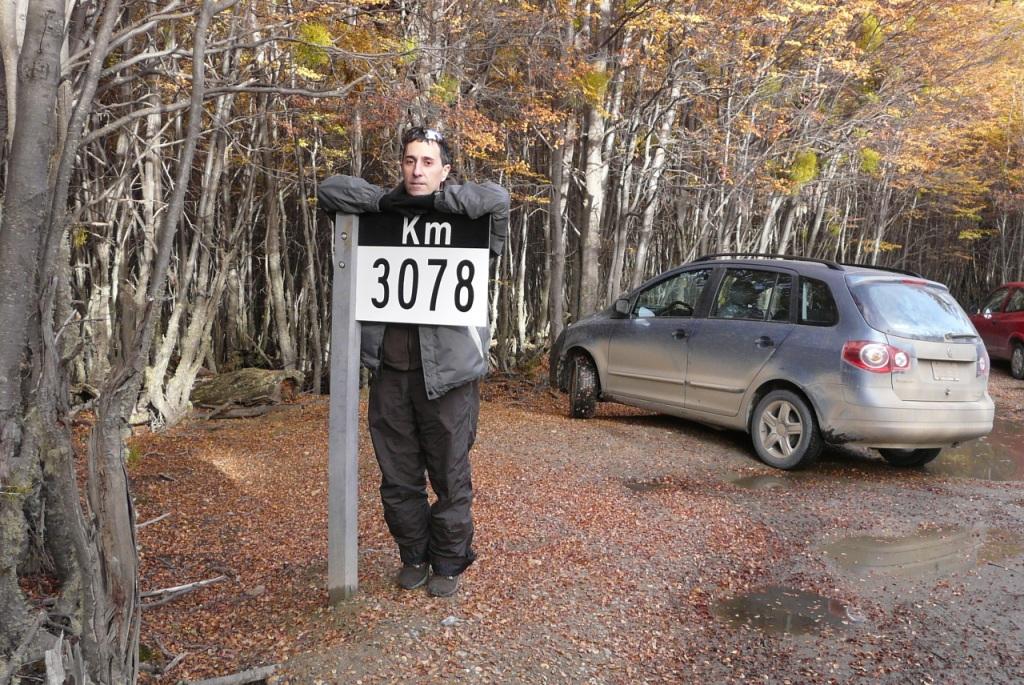 Dani con el cartel del kilómetro 3078