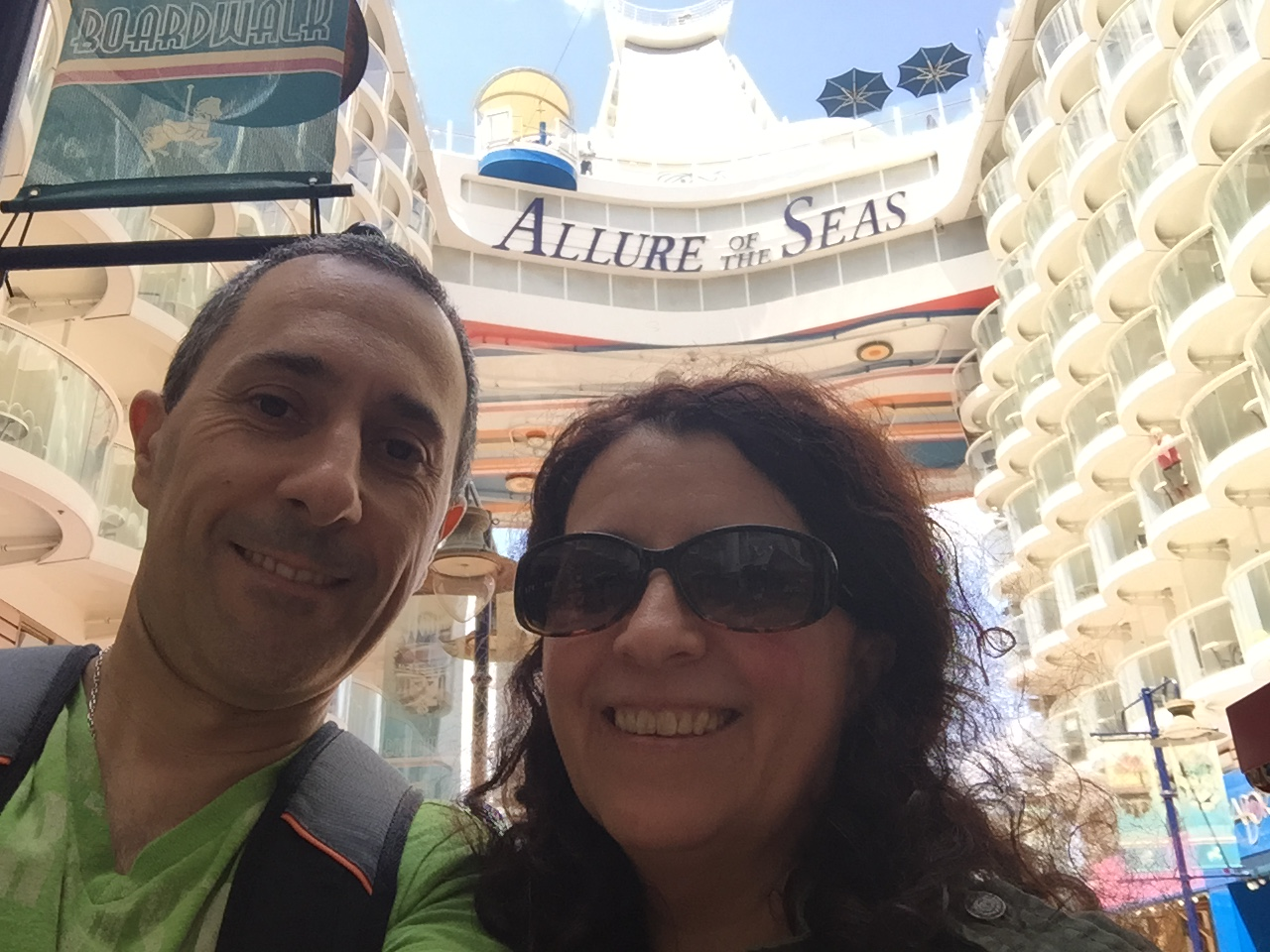 Majo y Dani dentro del barco Allure ir the Seas en el Crucero Royal Caribbean