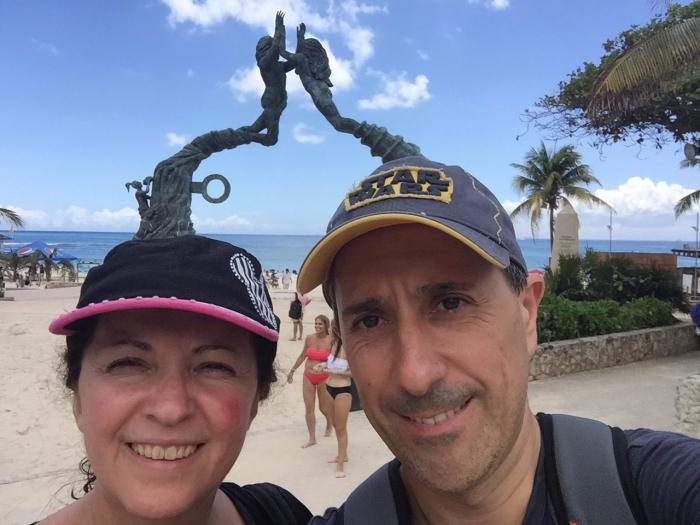 Majo y Dani con la Playa del Carmen al fondo