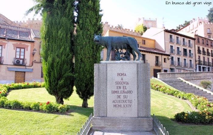 Escultura de la Loba Luperca con Rómulo y Remo mamando de ella
