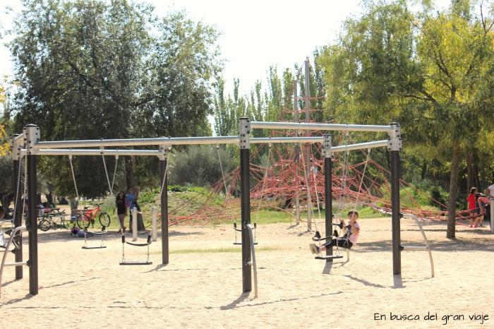 Pirámide de cuerdas y sillitas para balancearse
