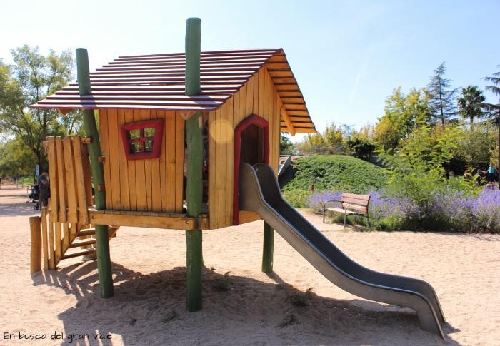 La casa de los cuentos de madera con ventanitas