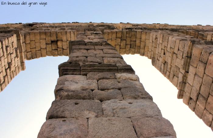 Dos de los arcos del Acueducto, vistos desde abajo
