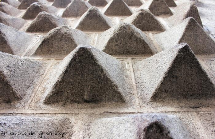 Picos de la fachada dela Casa de Los picos vistos de cerca