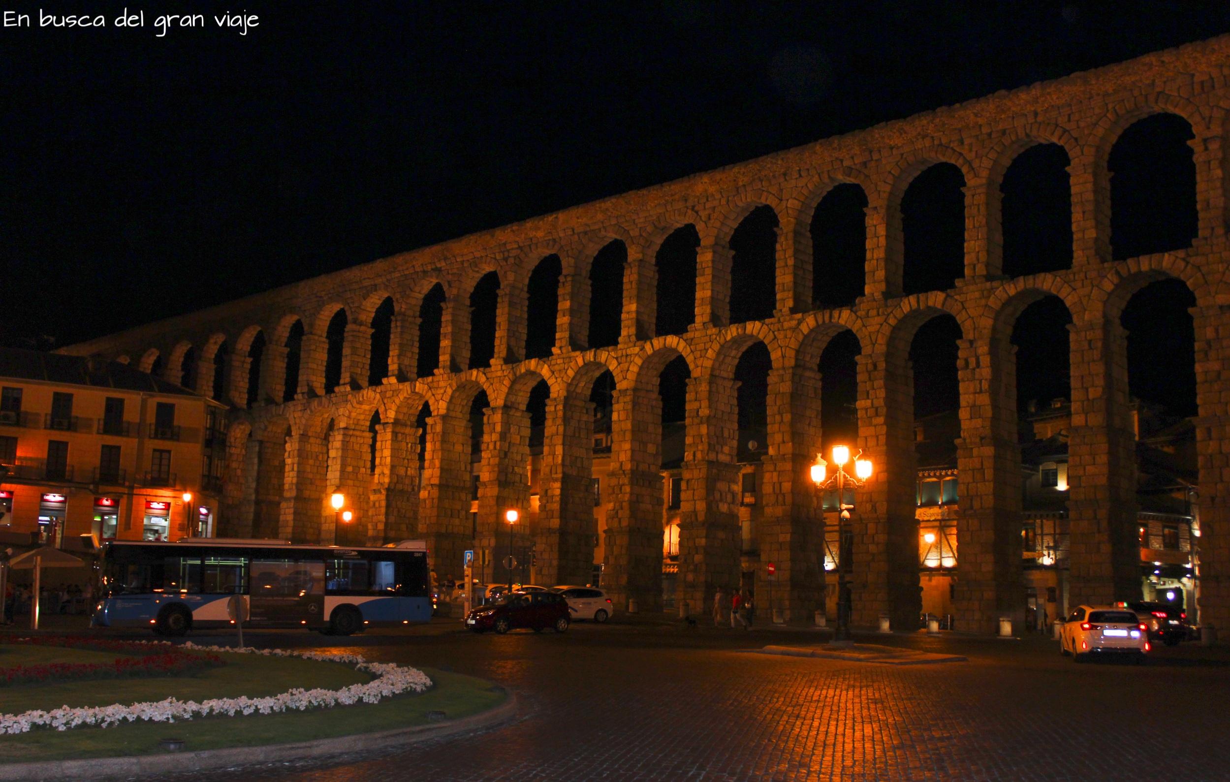 Vistas del Acueducto iluminado por la noche