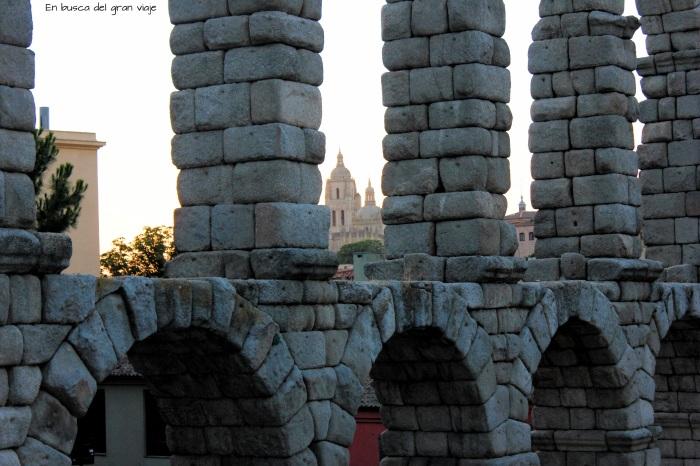 La Catedral vista a través de los arcos del Acueducto
