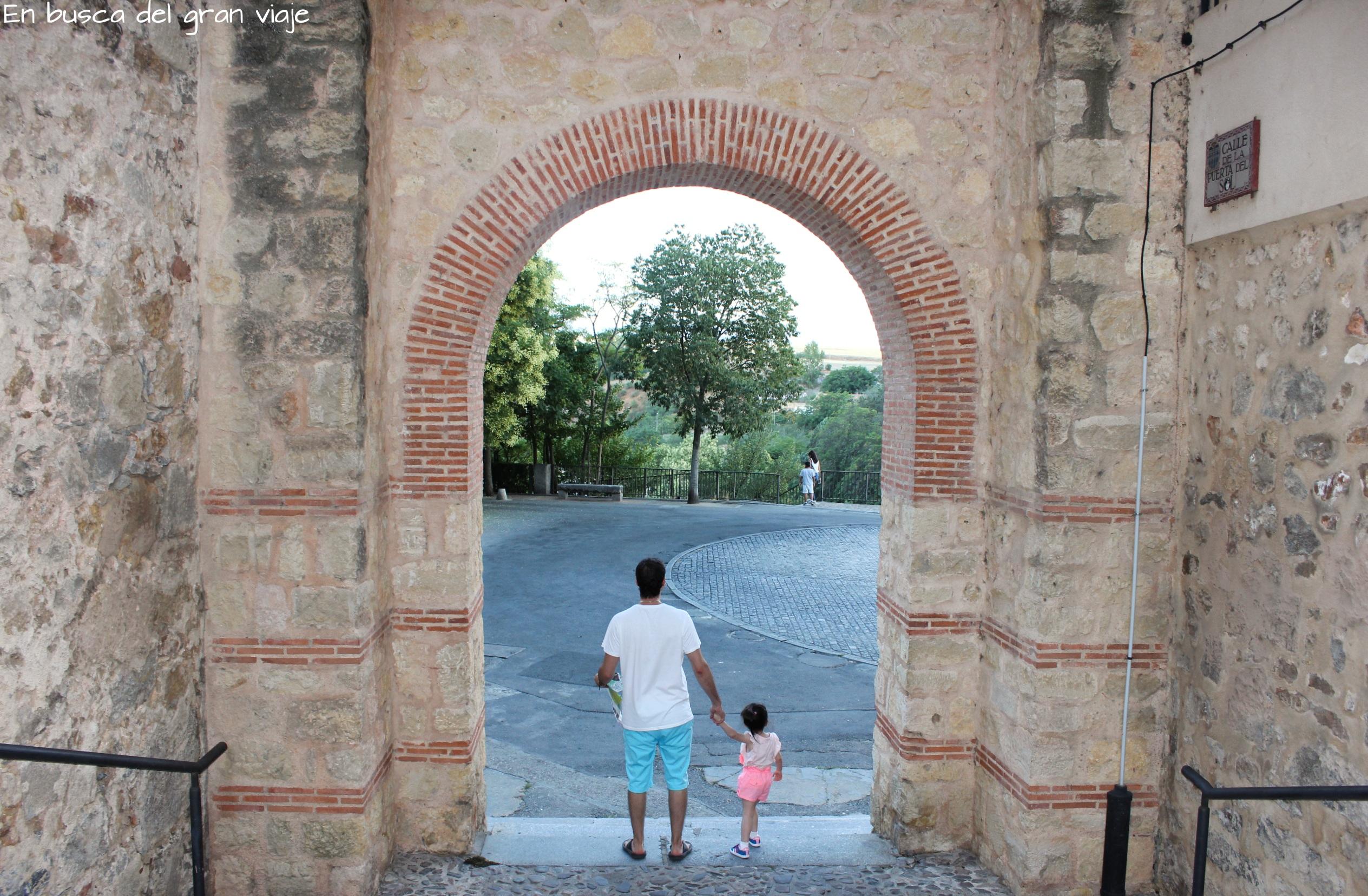 Paula y papá llegando a uno de los jardines más grandes de Segovia