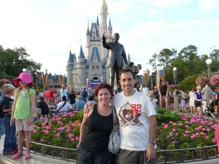 Majo y Dani delante del parque Disney en Orlando