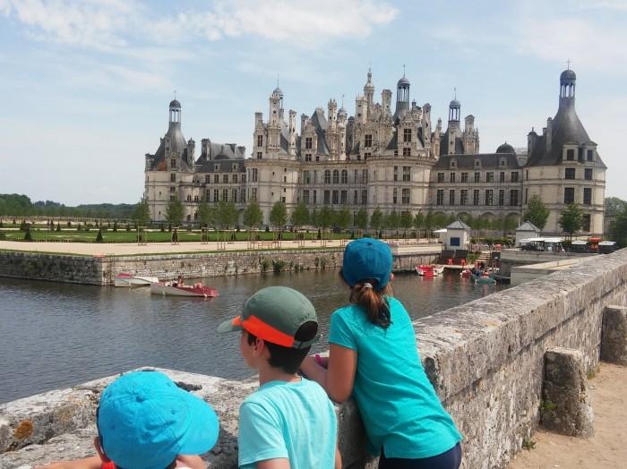 Los peques de mochila para cinco, observando el Castillo de Bloi