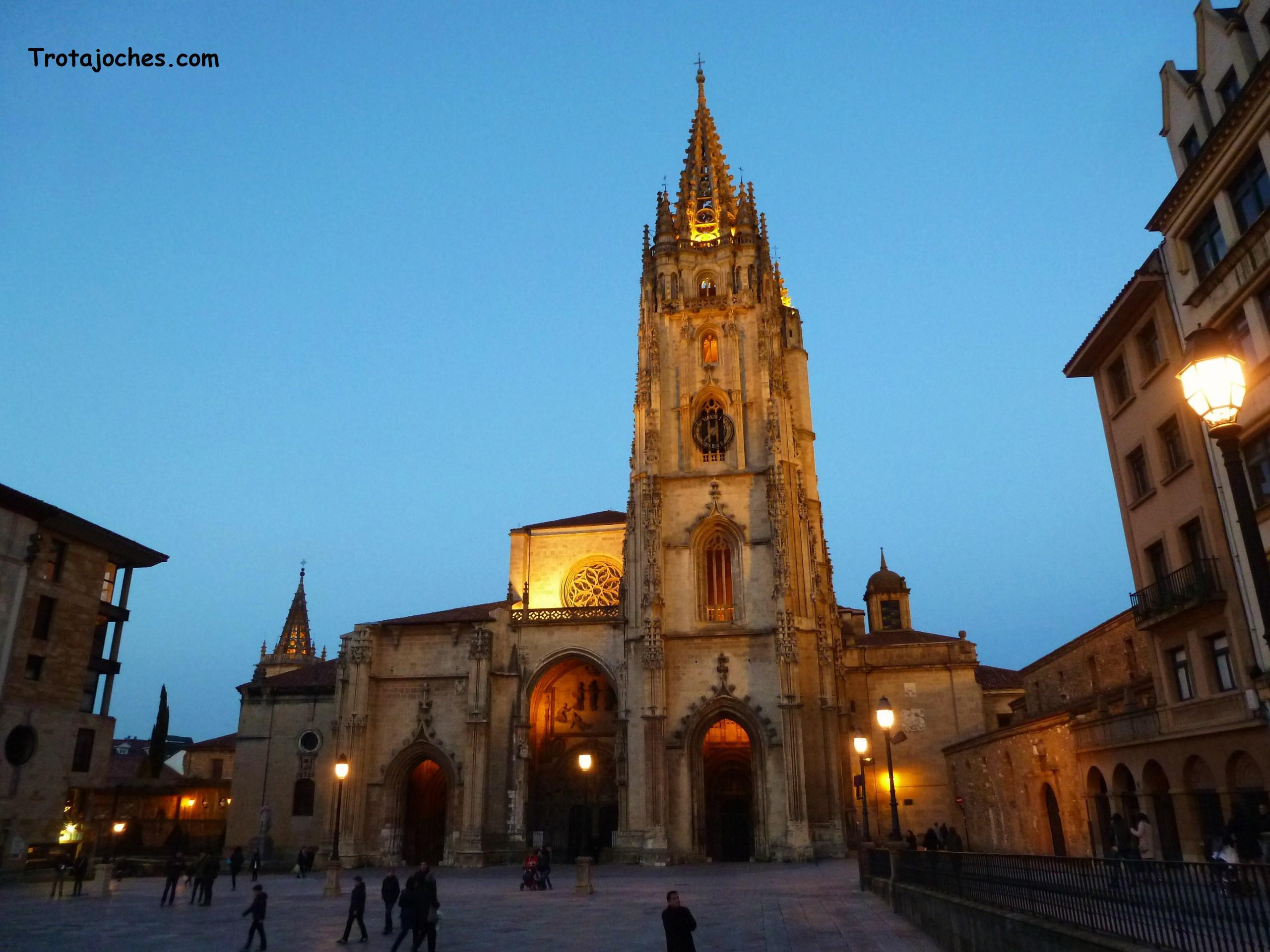 La catedral de Oviedo vista desde la plaza
