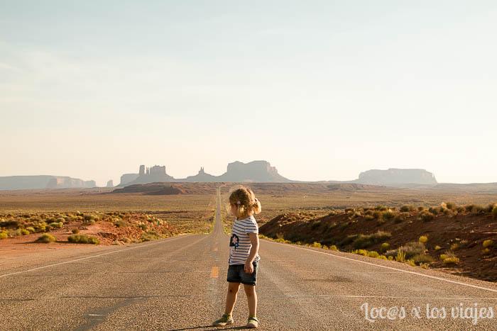 Iris en una larga carretera de la Costa Oeste de los EEUU