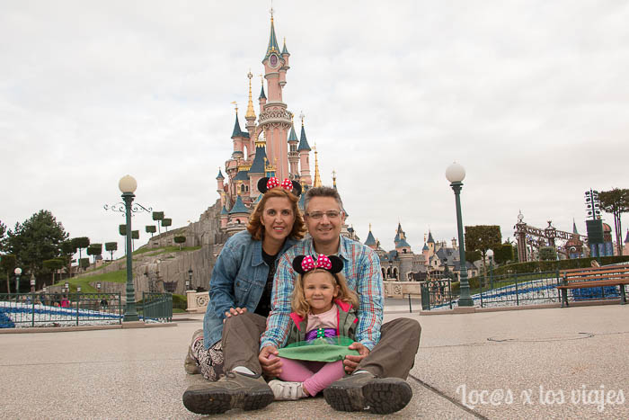 Mari Carmen, Gustavo e Iris en la puerta de Disneyland París