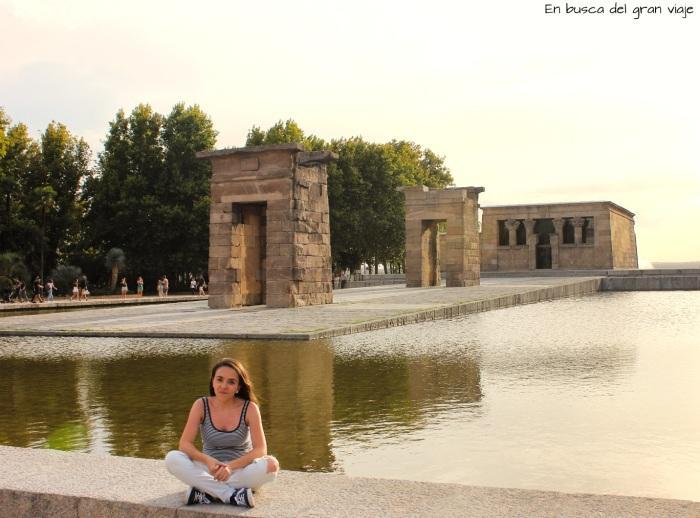 Sara sentada delante del Templo de Debod