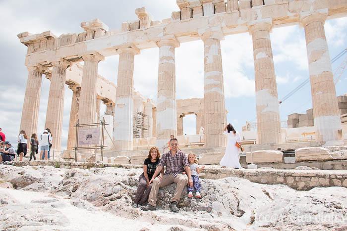 Mari Carmen, Gustavo e Iris frente a unas ruinas Griegas