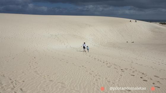 La familia de Pilotando Maletas en una de las playas de Fuerteventura