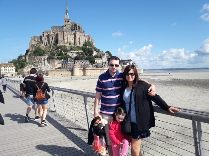 La familia de Viajando entre rascacielos en el Mont Saint Michelle