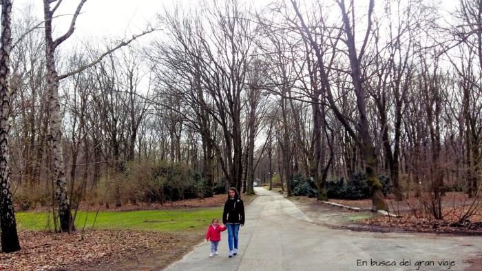 Paula y mamá paseando por el T