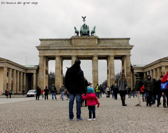 Paula y papá delante de la puerta de Brandeburgo