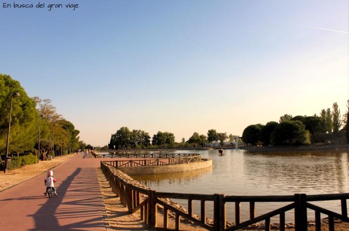 Paula montando en bici junto al lago del Parque de la Alhóndiga