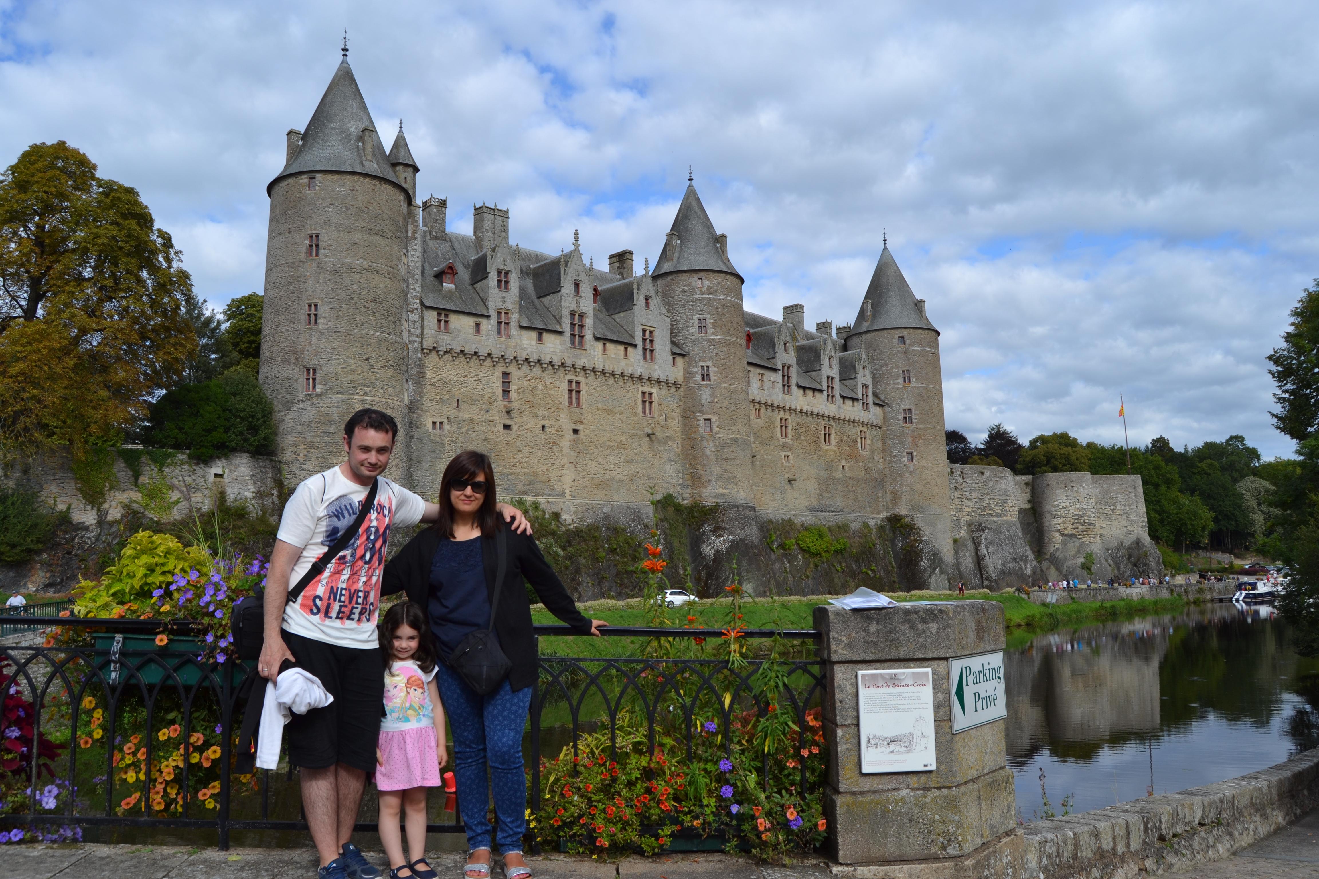 La familia de Viajando entre rascacielos delante del Castillo de