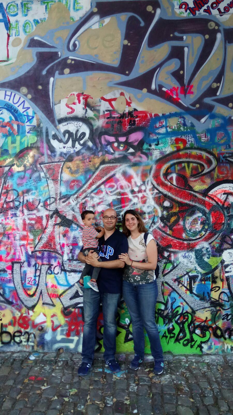 La familia de viaje a tres delante de uno de los murales pintados de P
