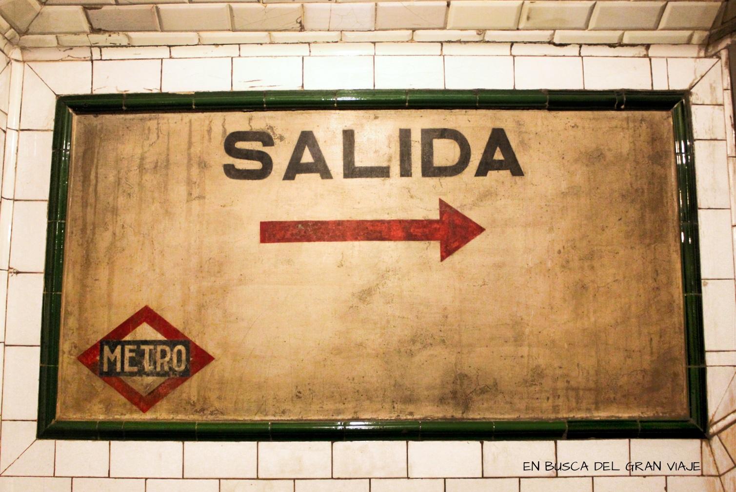 Cartel de salida de la estación de Metro de C
