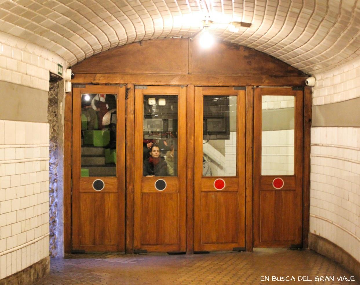 Las puertas originales de acceso al Metro y la sala audiovisual donde emitían la película sobre la h