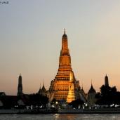 Templo del amanecer o Wat Arún iluminado al atardecer