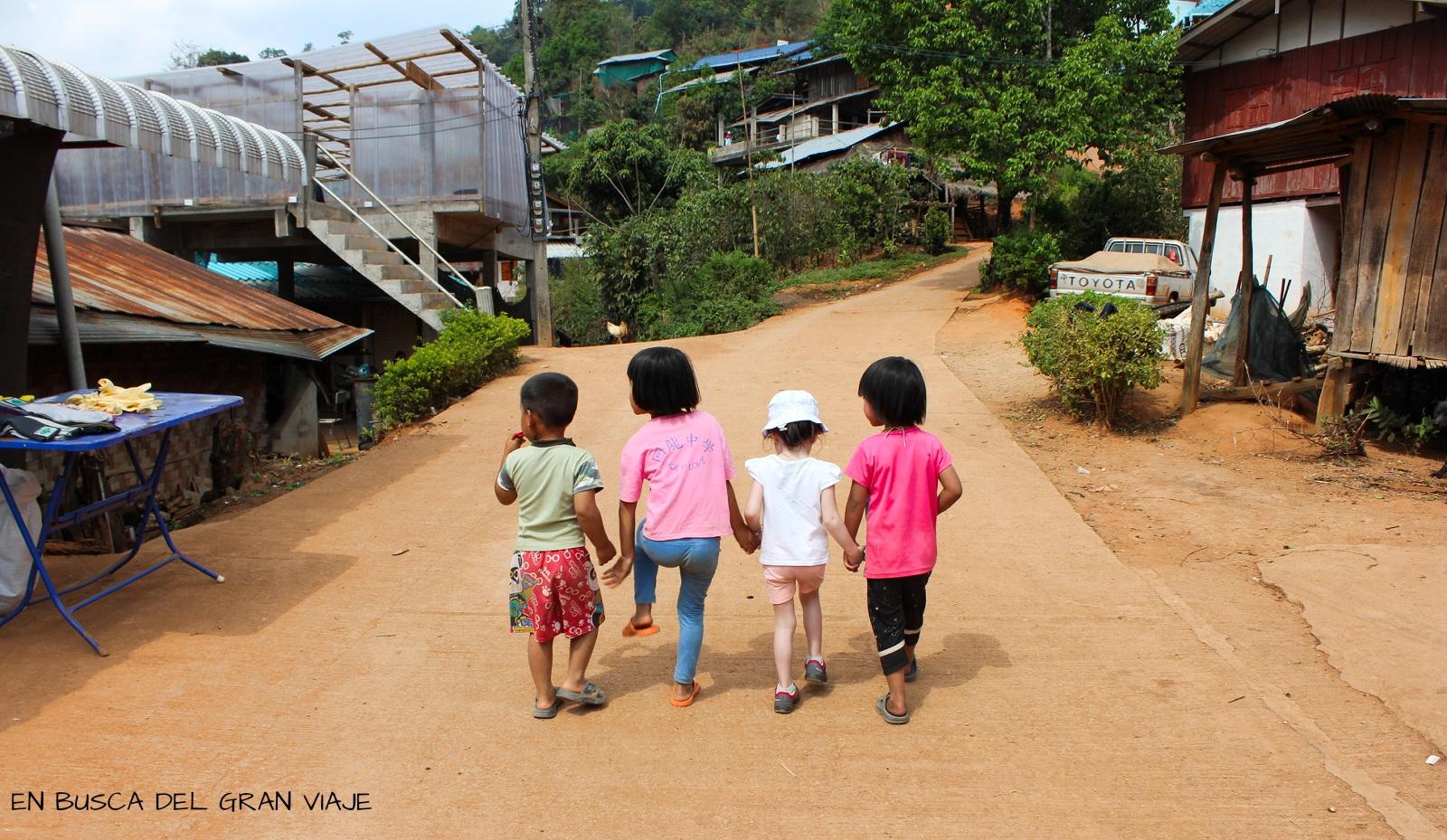 Paula jugando con sus tres amigos del poblado Akka