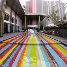 Piscina de colores del hotel Ibis