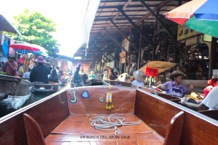 Nuestra barca dentro de los canales del mercado flotante