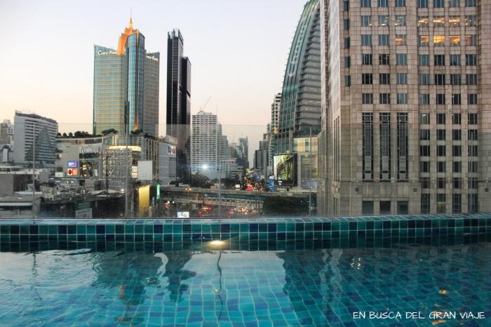 Piscina del hotel Clover Asoke con vistas a los edificios de Bangkok