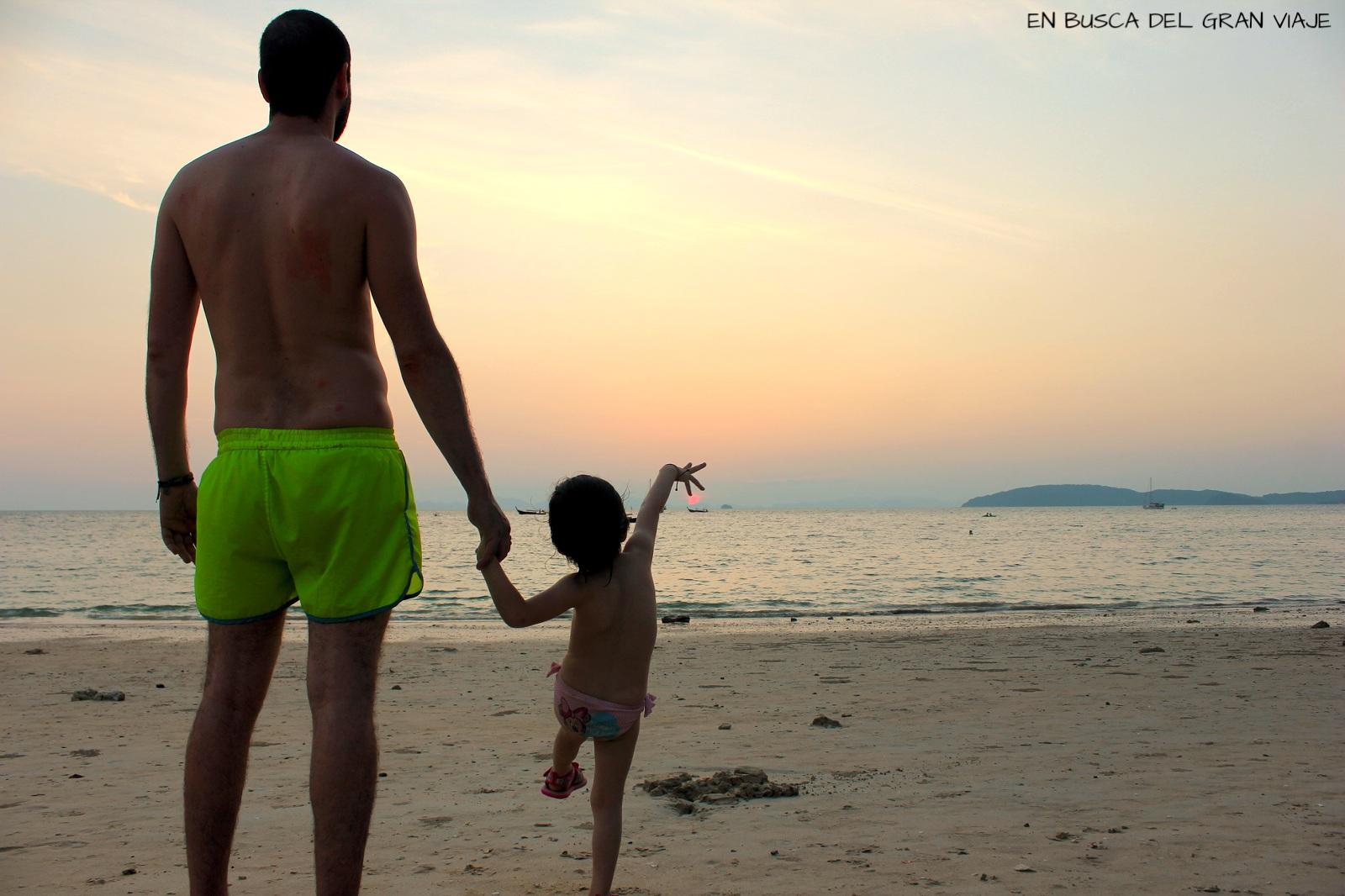 Paula y papá en la puesta de sol de Railay Beach
